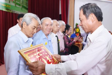 Chủ tịch HĐQT VRG Trần Ngọc Thuận trao quà mừng thọ cho các cán bộ hưu trí cao tuổi
