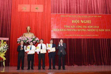 Đ/c Lê Văn Châu và đ/c Trần Ngọc Thuận trao KỶ niệm chương của TW Đảng cho các đ/c thuộc Đảng bộ VRG