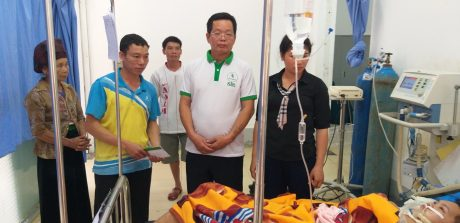 Đại diện lãnh đạo và Công đoàn Nông trường Châu Quỳnh đến thăm và trao tiền hỗ trợ cho em Lù Văn Hôm.