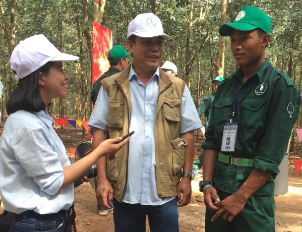 Sak Sey (bên phải) trả lời phỏng vấn phóng viên Tạp chí Cao su VN. Ảnh: Đào Phong