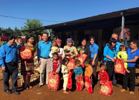 Quan tâm, chăm lo NLĐ là ưu tiên hàng đầu của công ty. Trong ảnh: Công đoàn TCT Cao su Đồng Nai thăm, tặng quà cho con CN Cao su Bảo Lâm.