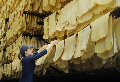 Trong cuộc chiến thương mại Mỹ - Trung, ngành cao su VN cần mở rộng thị trường, giảm bớt phụ thuộc vào thị trường Trung Quốc. Ảnh: Lê Hữu Dũng.