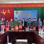 Tặng 10 suất quà cho CBCNV Cao su Lai Châu