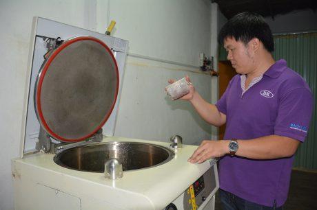 Trần Đăng Khoa đang kiểm tra quá trình lên men của đông trùng hạ thảo.