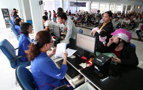Người lao động mua vé tàu dịp Tết.