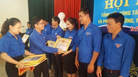 Đồng chí Đặng Chí Sơn - Bí thư Đoàn Thanh niên công ty trao giấy khen cho các cá nhân tại hội nghị.