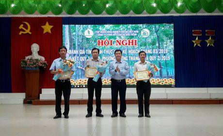Ông Lê Thanh Hưng – Bí thư Đảng ủy, TGĐ công ty trao thưởng cho Ban thu mua mủ cao su tiểu điền và các nông trường.