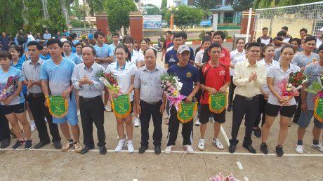 Ban tổ chức trao cờ lưu niệm cho các đội bóng tham gia giải.