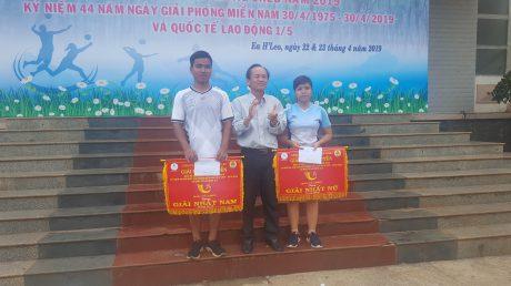 Ông Hồ Trọng Tâm – Phó Tổng giám đốc công ty- Trưởng Ban tổ chức trao giải nhất cho đội bóng chuyền nam và nữ