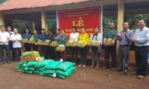 Ông Trương Công Lực – Chủ tịch công đoàn Công ty trao quà cho các công nhân có hoàn cảnh khó khăn
