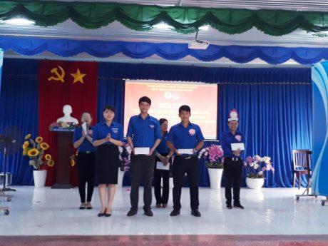 Đ/c Nguyễn Hoàng Ngọc - Phó Bí thư Đoàn Thanh niên Công ty trao thưởng cho đội thi đạt giải nhất và nhì của Hội thi