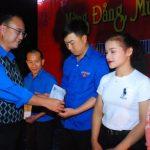 Cao su Chư Păh: Tặng 25 suất quà cho trẻ em nghèo