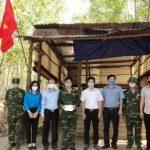 Cao su Lộc Ninh tặng quà cho 15 đồn biên phòng
