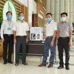 Trường CĐ CN Cao su tặng máy rửa tay sát khuẩn tự động