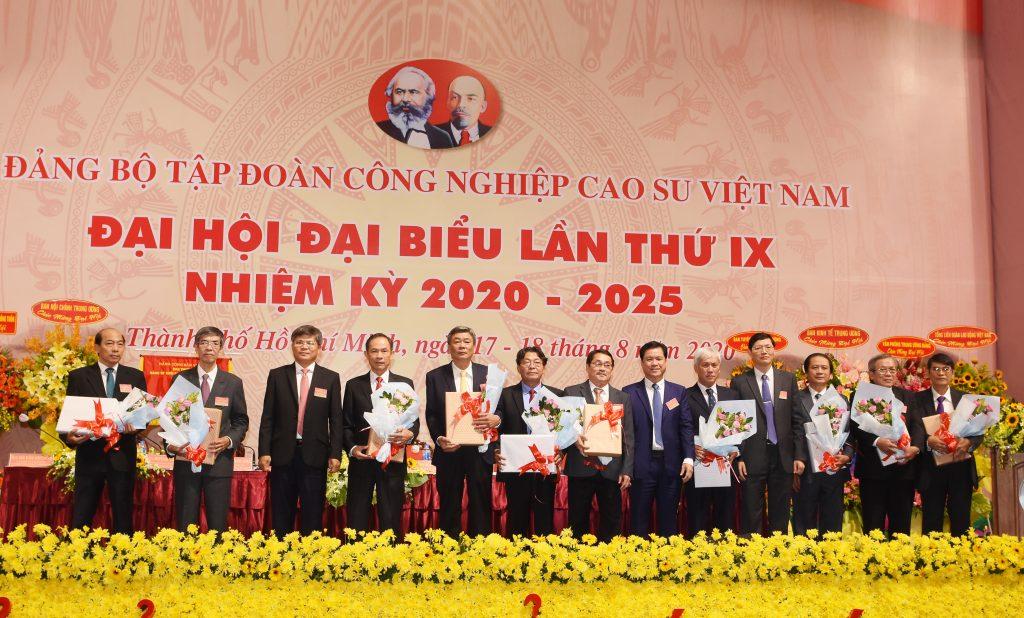 Tặng hoa các đồng chí BCH Đảng bộ Tập đoàn nhiệm kỳ 2015 – 2020 không tái cử