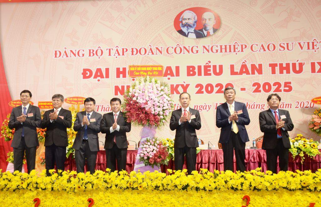 Đồng chí Y Thanh Hà Niê Kđăm – UV dự khuyết BCH TW Đảng, Bí thư Đảng ủy Khối Doanh nghiệp Trung ương tặng hoa chúc mừng đại hội