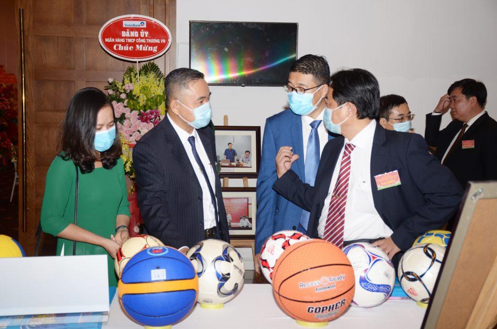 Đại biểu tham quan gian hàng trưng bày của Công ty CP Thể thao Ngôi sao Geru tại đại hội