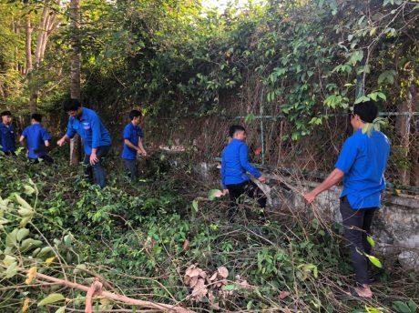 Đoàn viên thanh niên Nông trường cao su An Lập ra quân thực hiện công trình thanh niên Ngày Chủ nhật xanh