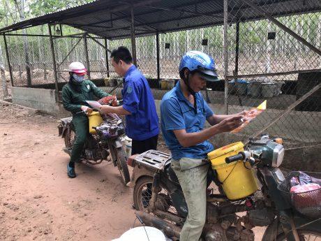 Phát tờ rơi tuyên truyền đến công nhân lao động nông trường