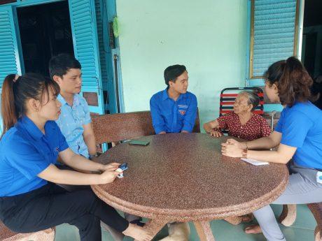 Hình 1,2: Đồng chí Nguyễn Minh Đạt – Phó Bí thư Đoàn Thanh niên Công ty cùng các đồng chí trong BCH Đoàn Nông trường cao su Đoàn Văn Tiến thăm hỏi mẹ Việt Nam anh hùng
