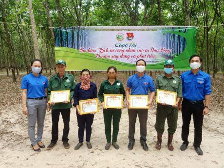 Đồng chí Nguyễn Minh Đạt – Phó Bí thư Đoàn Thanh niên Công ty đến vườn cây nơi người lao động làm việc để trao khen thưởng cho các thí sinh đạt giải cao trong hội thi.