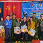 Đoàn thanh niên Cao su Ea Hleo: Phối hợp tặng quà người dân khó khăn