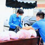 Đoàn Thanh niên VRG tặng thực phẩm cho người lao động
