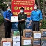 Hội Liên hiệp Thanh niên Cao su Chư Păh tặng quà cho khu cách ly của huyện