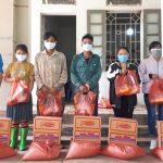 Cao su Lai Châu tặng quà cho 13 người lao động khó khăn