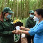 Công đoàn Cao su Dầu Tiếng khen thưởng công nhân vượt kế hoạch sản lượng quý III