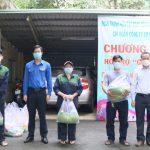 Đoàn Thanh niên VRG trao tặng túi an sinh cho người lao động