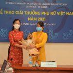 Chị Lê Thị Thương được trao giải thưởng Phụ nữ Việt Nam năm 2021