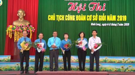Ông Lê Văn Thủy - Chủ tịch Công đoàn Công ty TNHH MTV Cao su Bình Long tặng hoa cho Ban giám khảo
