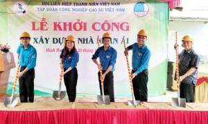 Đại biểu thực hiện nghi thức khởi công xây nhà cho anh Trần Đình Cương