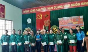 Đồng chí Trương Thị Huế Minh - Phó Chủ tịch CĐ CSVN trao quà cho công nhân Cao su Chư Păh