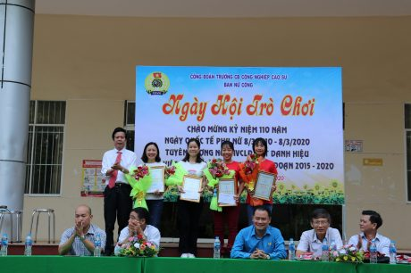 """Thầy Lê Văn Kích – Bí thư Đảng ủy, Hiệu trưởng trao giấy chứng nhận cho các chị đạt danh hiệu """"Giỏi việc nước, đảm việc nhà"""" 5 năm giai đoạn 2015 – 2020"""