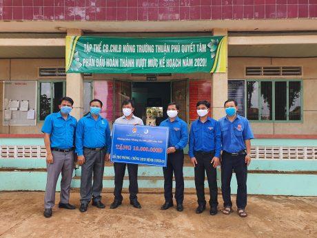 Đoàn đã trao tặng 220 triệu đồng phòng chống dịch cho Bệnh viện Đa khoa Công ty CP Cao su Đồng Phú