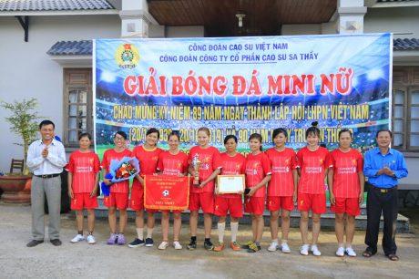 Ông Tạ Thúc Bình và ông Bùi Minh Phú trao cúp vô địch cho đội bóng nữ NTCS Suối Cát