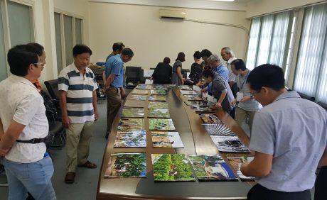 Ban giám khảo chấm giải cuộc thi có sự chứng kiến của các tác giả tham gia dự thi