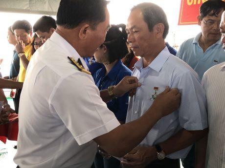 Đ/c Trần Ngọc Thuận được tặng Huy hiệu Chiến sỹ Trường Sa
