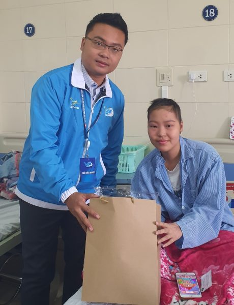 Anh Lê Anh Dũng – Phó Chủ tịch Hội LHTN VN VRG trao quà cho bệnh nhi tại Bệnh viện K