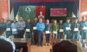 Đoàn công tác trao quà cho công nhân