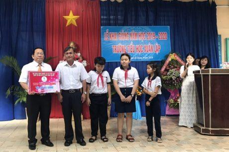Ông Nguyễn Thanh Tuấn – Phó TGĐ Công ty CP Chế biến Gỗ Đồng Nai (khối trưởng) trao học bổng tại Trường Tiểu học Xuân Lập