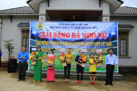 Ông Đỗ Thanh Nam - BT ĐU, TGĐ Công ty (ngoài cùng bên phải) và Ông Tạ Thúc Bình - Chủ tịch Công đoàn Công ty (ngoài cùng bên trái), trao hoa cho đại diện nữ công các đơn vị nhân dịp 20/10
