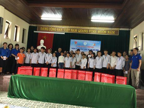 Đoàn thăm và tặng quà tại làng trẻ SOS