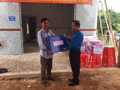 Ông Võ Việt Ngân - Phó Chủ tịch Công đoàn Cao su Việt Nam trao quà cho anh Võ Văn Huề