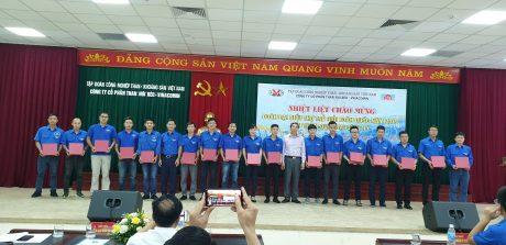 Lãnh đạo Công ty CP Than Núi Béo tặng biểu trưng lưu niệm cho đoàn đại biểu