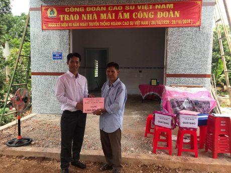 Ông Nguyễn Hữu Thục - Chủ tịch Công đoàn Cao su Bà Rịa - Kampong Thom trao quà cho anh Võ Văn Huề