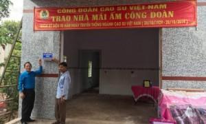 Ông Võ Việt Ngân - Phó Chủ tịch Công đoàn Cao su Việt Nam (bên trái) trao nhà Mái ấm Công đoàn cho anh Võ Văn Huề