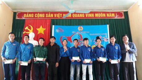 Đ/c Lê Văn Thắng - Phó Bí thư ĐTN VRG trao quà cho thanh niên công nhân Cao su Sơn La
